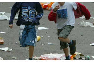 kids_running_through_litter